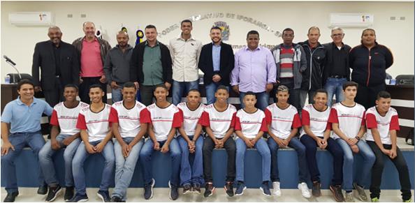 Foto: Alunos, Vereadores, Prefeito Valmir, Vice-diretor Eloir e Diretora de Esportes Geice